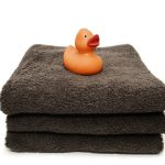 Niezbędne akcesoria higieniczne do kąpieli. W jakie dodatkowe sprzęty warto zaopatrzyć domową łazienkę?