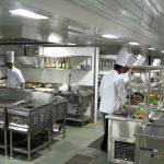 Prawidłowe wyposażenie każdej kuchni – propozycje zestawów najczęściej używanych sprzętów i akcesoriów (miski, deski do krojenia, noże, sztućce, etc.).